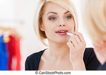 beau, regarder, femme, blonds, maquillage, jeune, cheveux, quoique, make-up., miroir, sourire