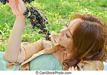beau, regarder, femme, parc, fruit