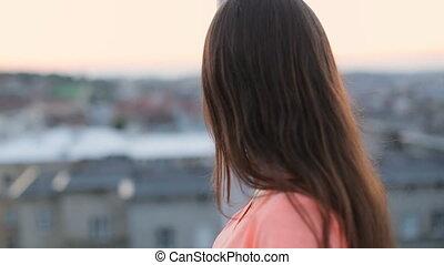 beau, regarder, marche, brunette, smile., ville, vent, donner, loin, cheveux, doux, en mouvement, close-up., appareil photo, modèle