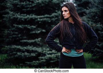 beau, reposer, femme, brunette, athlète, après, exercisme, park., poser, fitness, résoudre
