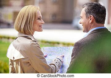 beau, reposer, femme, couple, carte, projection, mi, élégant, tenue, adresse, outdoors., âge, homme