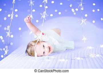 beau, rigolote, pu, blanc, entre, girl, enfantqui commence à marcher, robe, jouer