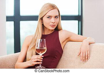 beau, robe, femme, blonds, séance, beauty., jeune, divan, cheveux, verre, soir, tenue, blanc, sensuelles, vin