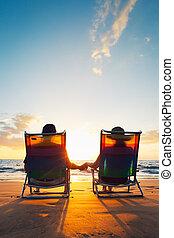 beau, romantique coupler, coucher soleil, apprécier, plage, heureux