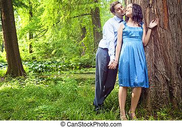 beau, romantique coupler, moment, forêt, avoir