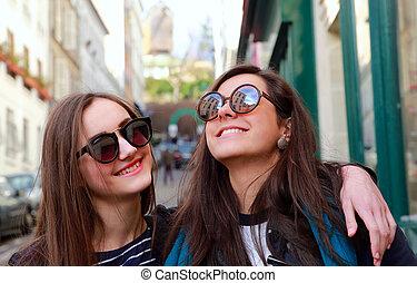 beau, rue, filles, étudiant, heureux