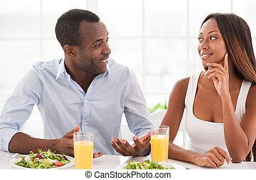 beau, séance, couple, jeune, ensemble, avoir, conversation, africaine, table, petit déjeuner, breakfast., aimer