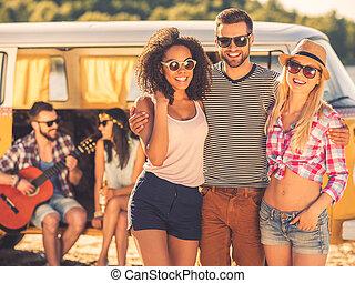 beau, séance homme, dépenser, couple, temps, jeune, deux, quoique, retro, fond, embrasser, minivan, friends., femmes heureuses