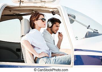 beau, séance, intérieur, jeune, hôtesse, cabane avion, pilote