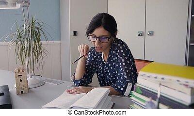 beau, séance, jeune, livre, table, lecture fille, home., devoirs, lunettes