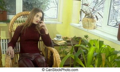 beau, séance, osier, jeune regarder, fenêtre, maquillage, élégant, chaise, balancer, girl, dehors