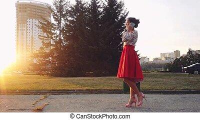 beau, sacs, achats femme, coloré, utilisation, jeune, slowmotion., smartphone, coucher soleil, parler, dehors, pendant, sourire, 1920x1080