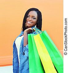 beau, sacs, achats femme, ville, jeune, africaine, portrait, sourire
