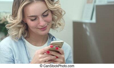 beau, salon, femme, beauté, texting, smartphone, sourire