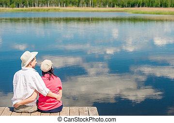beau, scénique, couple étreindre, lac, derrière, fond, vue, heureux