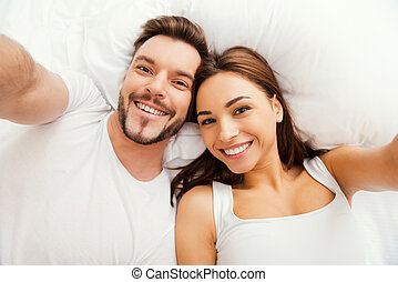 beau, selfie!, couple, sommet, jeune, fabrication lit, vue, selfie, mensonge, aimer