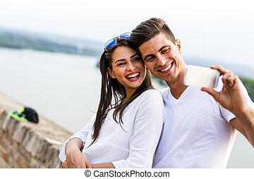 beau, selfie, jeune, prendre, eux-mêmes, couple
