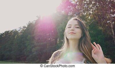 beau, sexy, pourpre, vert, freedom., jeune, arbres, appareil photo, poser, séduisant, fond, youth., coucher soleil, girl, summer., rays.