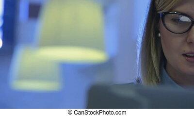 beau, sien, femme, fonctionnement, écrivain, laptop., informatique, closeup, séduisant, café, attentivement