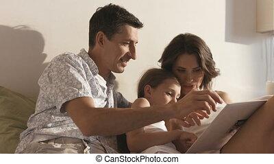 beau, sien, fille, séance, sofa., couple, épouse, père, jeune, girl., livre, ils, embrasser, petit, sourire, lecture, mariés