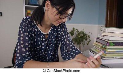 beau, smartphone, aide, étudiant, décontracté, texting, jeune, téléphone, mobile, apprentissage, bureau, utilisation, home., prof, devoirs, lunettes