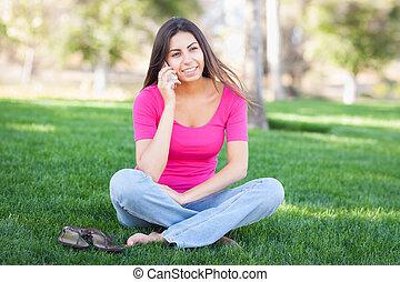 beau, smartphone, elle, jeune, conversation, femme, ethnique, dehors.