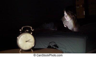 beau, smartphone, mobile, concept., jeune, téléphoner femme, éveillé, intoxiqué, chambre à coucher, utilisation, night.