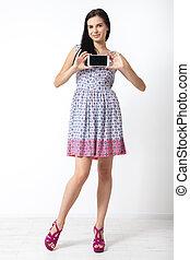 beau, smartphone, tenue, jeune femme, fond, portrait, blanc