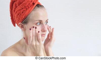 beau, soucier, femme, demande, elle, face., crème type caractère, moisturising