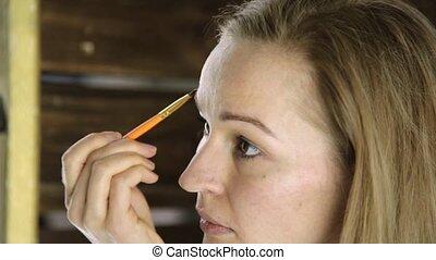 beau, sourcils, femme, elle, serviette, peintures, miroir, devant