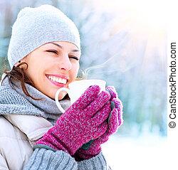 beau, sourire heureux, hiver, femme, à, grande tasse, extérieur