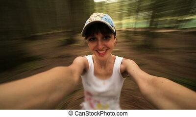 beau, sourires, jeune, forêt, girl, caucasien, rotations