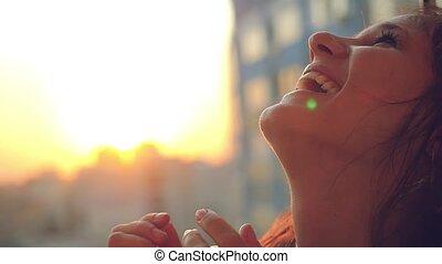 beau, sourires, lent, ville, jeune, mouvement, femme, coucher soleil, soufflant spéculation malhonnête, heureux