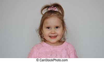 beau, sourires, peu, dit, yes., enfant, studio, fond, mignon, portrait, blanc, girl