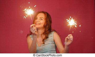 beau, sparkler, femme souriante, danse