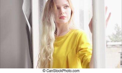 beau, stands, elle, sur, tient, jaune, main, cheveux, fenêtre, long, blond, robe, cadre