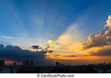 beau, sur, ciel, sombre, coucher soleil, cityscape, crépuscule