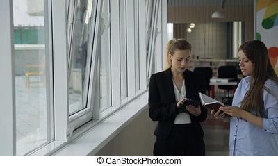 beau, tête, femme, porté, travail bureau, jeune, fenêtre., employé, écoute, dehors