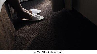 beau, tôt, marche, pieds nue, obtenir, bed., dame, délicatement, confortable, bas, féminin, pieds, éveillé, femme, chambre à coucher, pointe pieds, matin, maison