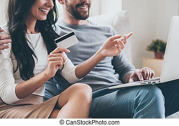 beau, this!, gros plan, pointage femme, elle, séance, ordinateur portable, jeune, ensemble, divan, crédit, quoique, mari, vouloir, tenue, sourire, carte