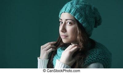 beau, turquoise, femme, jeune, tricoté, chapeau, écharpe