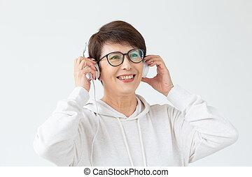 beau, ultra-rapide, femme, concept, favori, elle, lumière, chandail, écouteurs, deux âges, space., fil, musique, publicité, écoute, ligne, store., internet., achat, lunettes