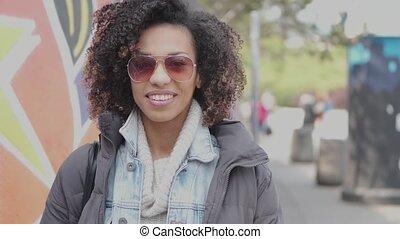 beau, urbain, bouclé, ville, paysage, cheveux, course, poser, mélangé, girl