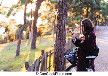 beau, vélo, jeune, appareil photo, poser, girl