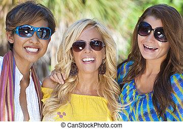 beau, vacances, jeune, rire, trois amis, femmes