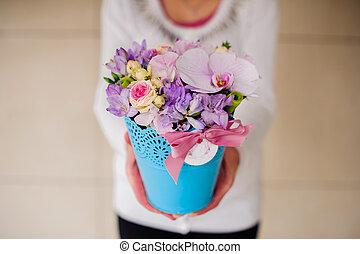 beau, vase pourpre, bouquet, tenue, mélangé, girl, fleurs