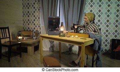 beau, vieux, lampe, machine., maison, girl, couturière, phonographe, écoute, fonctionnement, atelier, musique, retro, coud, femme, kérosène, couture, phonographe, main, tissu, vinyle, plaque, manuel, nuit, ou