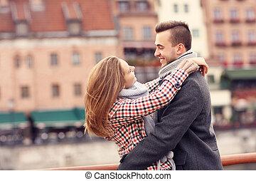 beau, ville, couple, date, étreindre