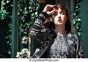 beau, ville, extérieur, style de vie, jeune, poser, rue., portrait, girl