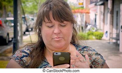 beau, ville, femme, elle, figured, téléphone, entiers, utilisation, trottoir, technologie, intelligent
